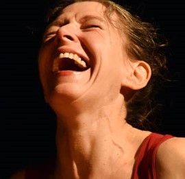 """Drei Dimensionen, ein klares Tableau: Raum, Zeit und Dialog. Zwei Akteure, ein Ausgangspunkt: gegenüber. Sehen, hören, fragen: wer das Sagen hat, wer führt, wer folgt. Am Rand der Stille stehen bizarre Gesten und Geräusche. Ausbrüche und Einschläge kommen und gehen: Anna Dimpfl (Tanz) und Frank Niehusmann (Musik). """"Wir denken uns einen Apfel"""" – für Musiker, Tänzerin und Videoprojektion """"Die Paradiesfrau holt den Apfel vom Baum der Erkenntnis. Mann und Gott sagen seitdem, daß damit alles Elend begann: Paradies kaputt – wegen eines Apfels. Griechische Göttinnen brachten Prinz Paris mittels Apfel dazu, die Dame Helena zu entführen. Die Folge: epische Katastrophe, Geburt des Abendlandes aus dem trojanischen Krieg. Noch ein Apfel: Der Zank-Apfel. Das zwischen Frauen und Männern. Heute sitzen sie wieder an einem Tisch. Tanz: Anna Dimpfl. Musik: Frank Niehusmann. Und wieder Äpfel."""" Rü Bühne"""